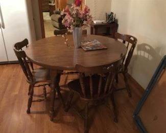 Round Table with 4 chairs & extra leaf - solid wood!