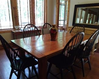Broyhill  Farm house Table with 6 Chairs , also has two end cap leaves that will allow additional seating