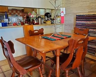 ANTIQUE MAPLE DINING TABLE 4 LEAVES