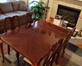 Dining room table with 1 leaf and 4 chair's