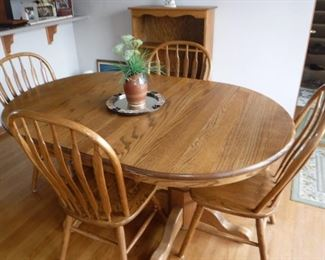 Oak dining table with 2 leaves and 4 chairs