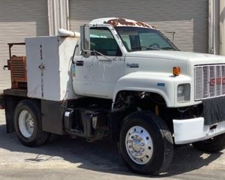VIN 1GUP7H1JBP511813 Year: 1993 Make: GMC Model: TopKick Trim Level: Service Truck Engine Type: Caterpillar Diesel Transmission: Automatic Miles: 491,553 Color: White Driveline: 2WD Located In: Chattanooga, TN Operational Status: Runs and Drives *Couldn't Get Winches to Operate* *Missing Taillight* *Has Air Leak* *Missing Driver Side Mirror* Manual Windows Manual Locks Vinyl Interior *Seat Does NOT Move* Motor Spec- MFR - Caterpillar Model - Ford V636 Diesel **Sold on TN Title** **Sold as is Where is**