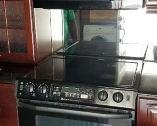 KraftMaid kitchen with Maytag electric range & GE microwave oven (mfg. 1/2014)
