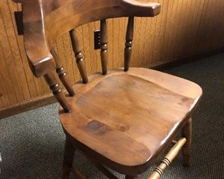 Wooden dining room table with 5 chairs and 1 leaf 2/2