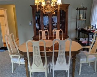 Vintage Thomasville dining set: Hutch, table, 6 chairs, 2 leaves