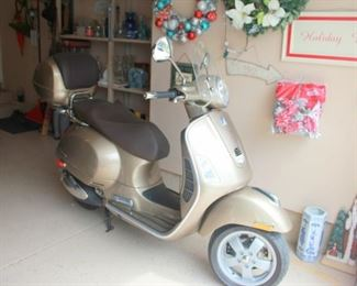 2011 Vespa GTS 300ie Excellent Condition with Vespa Top Case and Windshield
