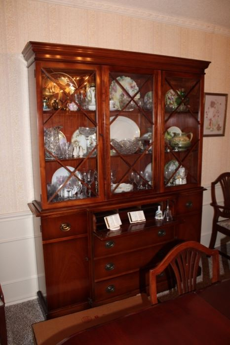 Great cabinet with curved glass and in excellent condition.
