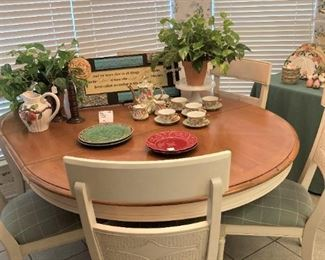 Great dining  table & 6 chairs (has leaves)