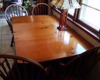 Dining room table with 2 leaves and 4 chairs