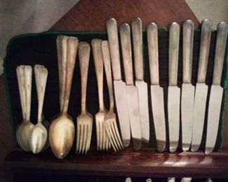 13. ONIEDA COMMUNITY SILVER PLATE 8 FORKS, 8 KNIVES, 11 TEASPOONS AND 6 TABLE SPOONS $25