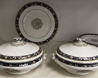 Lot of 18 Pieces Vintage Runnymere Set
