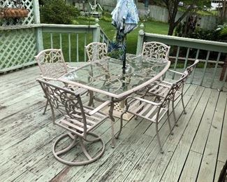 Very nice outdoor table and chairs