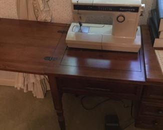 VINTAGE SEWING MACHINE W/ACCESSORIES