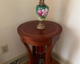 Sweet Accent Table With Painted Urn