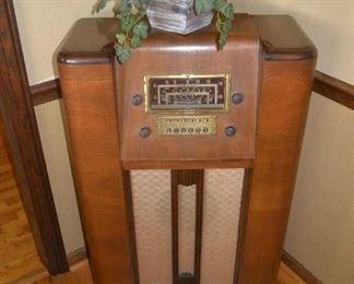 Vintage Radio (non working condition) beautiful cabinet