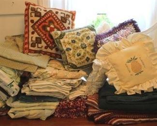 59 - Assorted linens