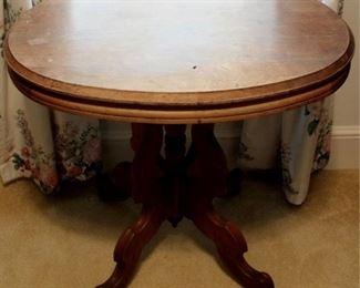 176 - Victorian walnut oval parlor table 29 x 22 x 28