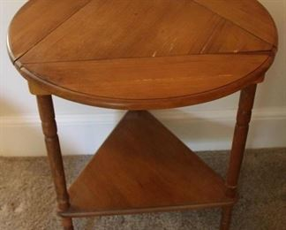 367 - Drop side triangular table 25 x 18 x 18 (closed)