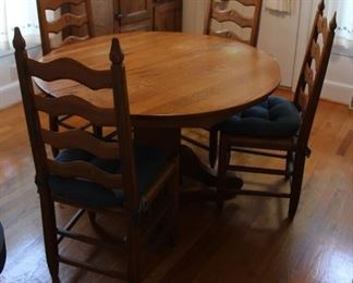 442 - Round table w/ 4 chairs & cushions 30 x 46