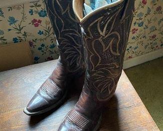 Men's size 9 1/2.  Beautiful cowboy boots