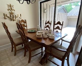 Oak dining table, 6 chairs and one leaf