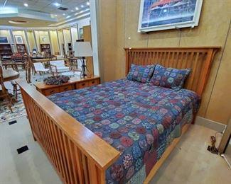 Vaughan Bassett  Oak Bed and two Nightstand set!  Very nice!