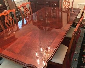 Lovely Dining Room Table w/6 Chairs