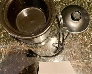 """Lot 8309. $22.00  Black and Decker 2 slice toaster and Crock Pot """"Little Dipper"""".  Great Condition!"""