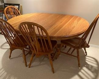 Oak dining table with 6 spindled back chairs