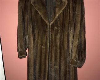 This lot contains a York Furrier mink fur coat in great condition and is a size small. https://ctbids.com/#!/description/share/949837