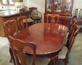 Lexington dining room table with 6 chairs and 2 leaves. Thus table is in absolutely perfect condition! It has always had the table top protectors and a table cloth on it.