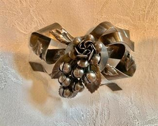 Hobe signed sterling bow pin