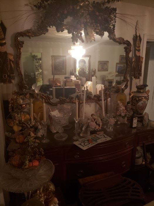 There are a lot of items in this photo that will all be sold separately, very nice side board and mirror