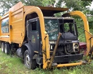 VIN 1M2AV02C4AM005463 Year: 2009 Make: Mack Model: MRU600 Trim Level: 40 YD Garbage Truck Engine Type: Diesel Transmission: Automatic Miles: TMU Color: Black Driveline: 4x2 *INOP* Located In: Ooltewah, TN Operational Status: Does NOT Run Or Operate ***SOLD ON SALAVAGE KY TITLE*** *Driver Door Stuck Shut* *True Mileage Unknown* 40 YD Heil Front End Load Body Vinyl Interior Manual Windows Manual Locks Sold On TN Title **Sold as is Where is**
