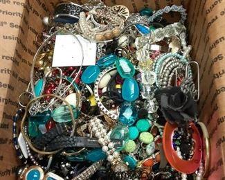 https://www.ebay.com/itm/114895361682EB3000 GRANNY'S 11 LBS JUNK JEWELRY BOX