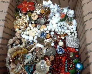 https://www.ebay.com/itm/124814876323ME3109 GRANNY'S 8 LBS JUNK JEWELRY BOX