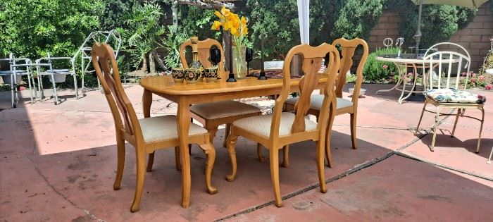 Beautiful table w/four chairs
