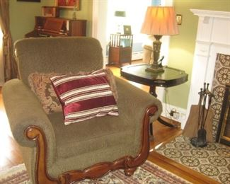 Large living room chair (matches sofa)