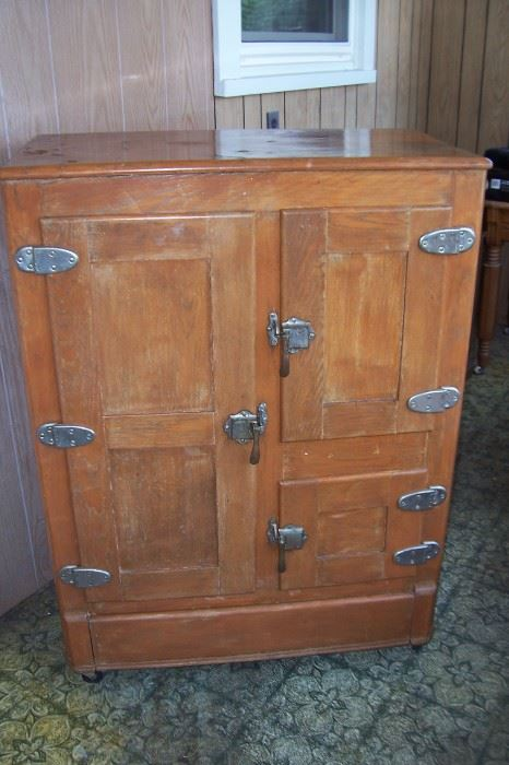 Great old Ice Box.  THIS ITEM HAS A RESERVE IN PLACE AND WILL NOT BE DISCOUNTED!!