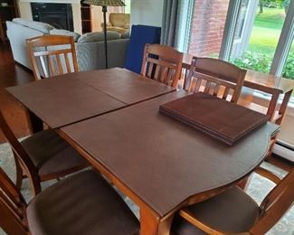 Beautiful Broyhill wood dining room set with pads and 6 chairs