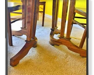 Detail Tiger Oak pedestal table