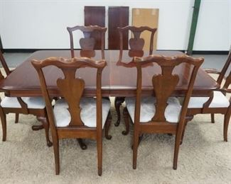 1005NICE SOLID OAK QUEEN ANNE STYLE DINNING ROOM SET; TABLE W/ TWO SKIRTED LEAVES PADS & SIX CHAIRS
