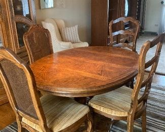 Dinning room table: 4 chairs and two leaves