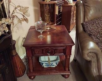 Coffee table w 2 drawers &2 pull out shelf/trays