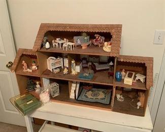 3 Miniatures Dollhouse