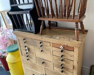 Primitive dresser desk