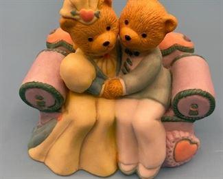 """Sweet """"in love' bears statue"""