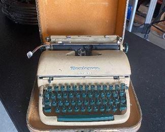 Remington manual typewriter w/case