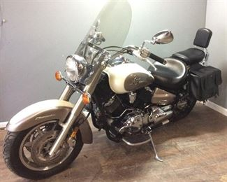 2003 YAMAHA V STAR 1100 9489 MILES, IN GOOD RUNNING CONDITION, NEW BATTERY, FUEL LINES, GAS TANK & CARBURETOR CLEANED, BACK SEAT & LEATHER SADDLE BAGS
