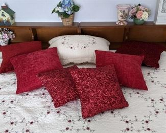 Decorative pillows, bed spread